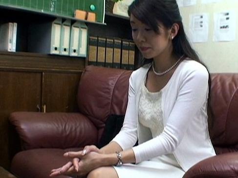 素人|人妻|裕子29歳講師が不倫をしていた事実を夫に隠す為に興信所の男に脅され犯される動画